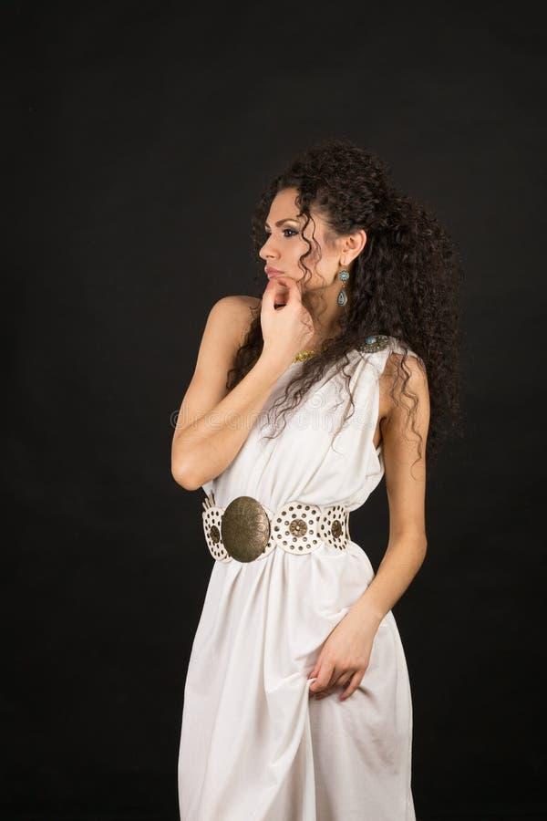 Retrato de una morenita rizada linda imagen de archivo libre de regalías