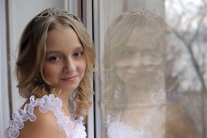 Retrato de una muchacha adolescente con una cara feliz imagen de archivo libre de regalías