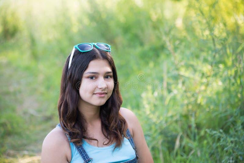 Retrato de una muchacha adolescente linda en verano fotografía de archivo libre de regalías