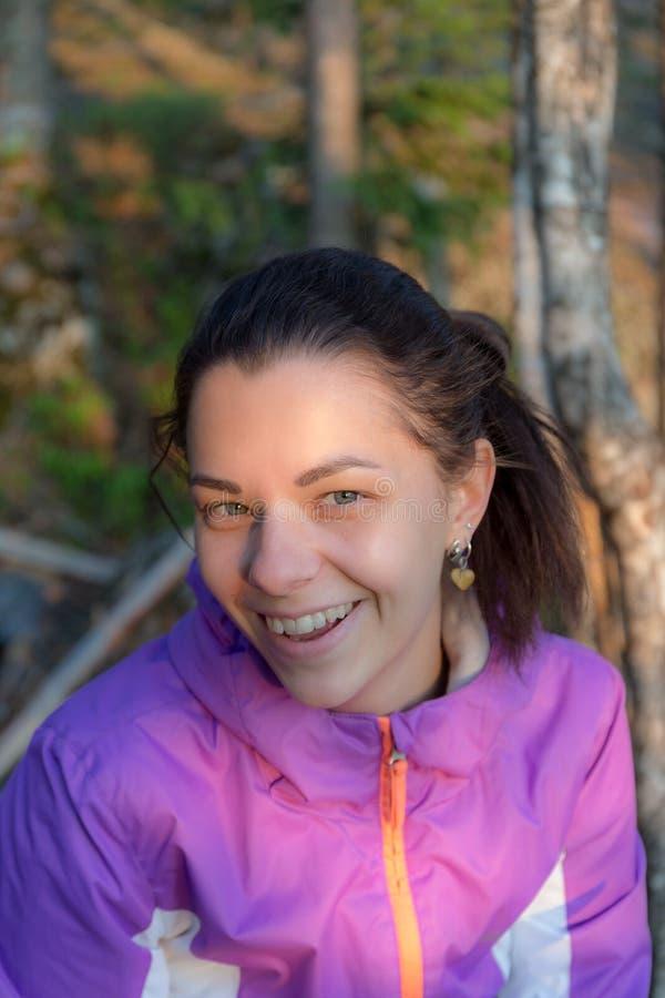 Retrato de una muchacha alegre fotos de archivo