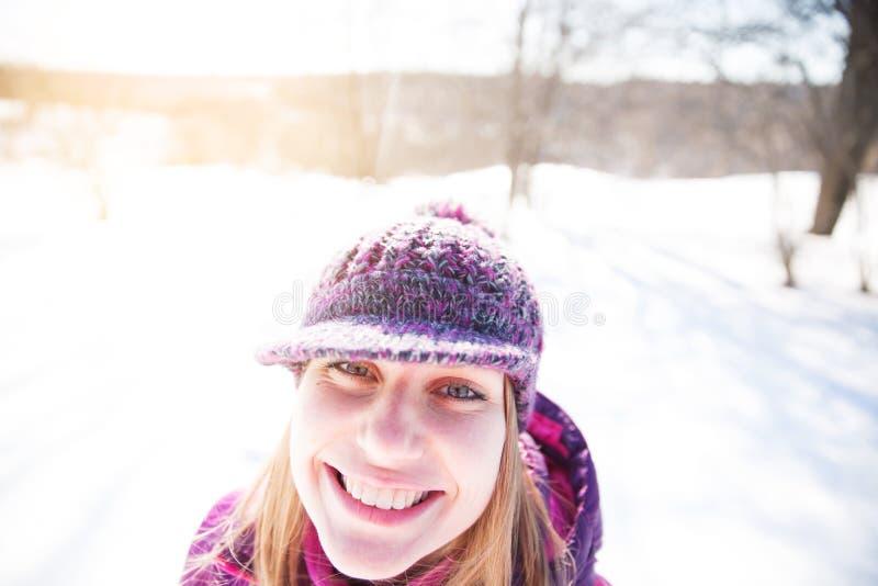 Retrato de una muchacha alegre feliz fotografía de archivo libre de regalías