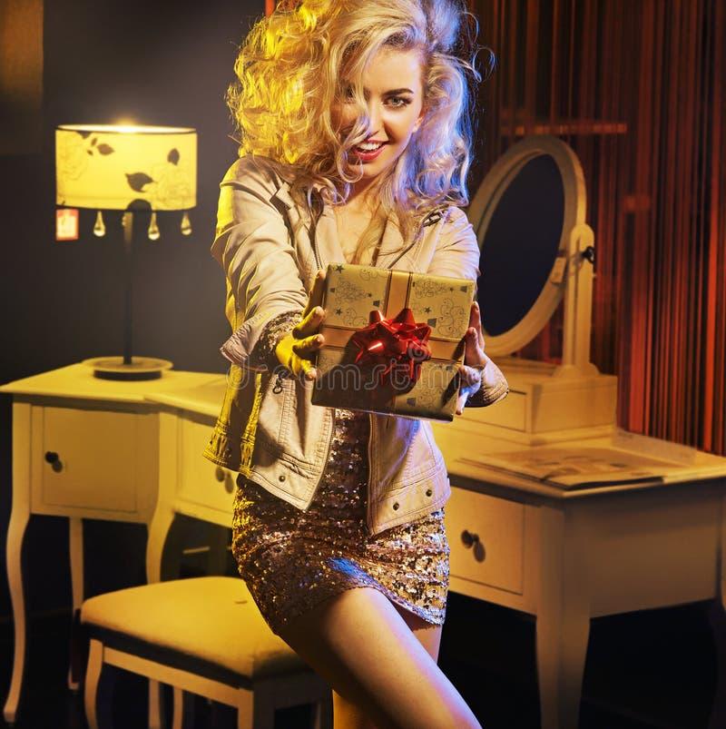 Retrato de una muchacha atractiva con el regalo de lujo fotografía de archivo