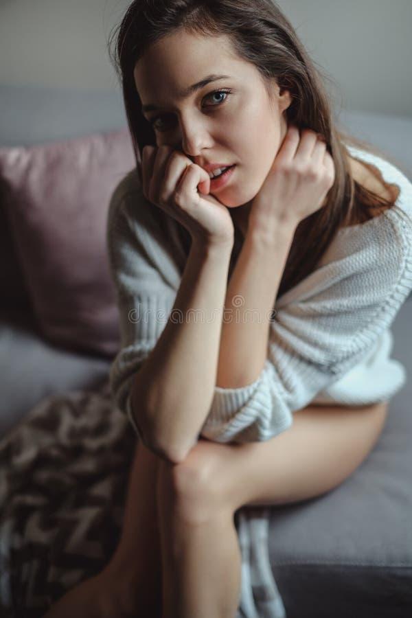 Retrato de una muchacha atractiva con las piernas desnudas fotografía de archivo libre de regalías