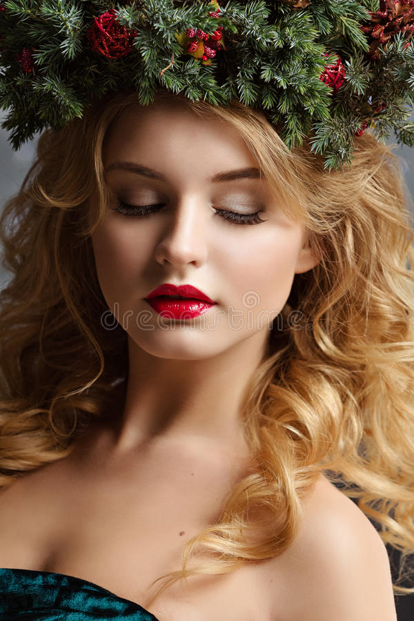 Retrato de una muchacha atractiva con los labios rojos con una guirnalda de Chri imagen de archivo libre de regalías
