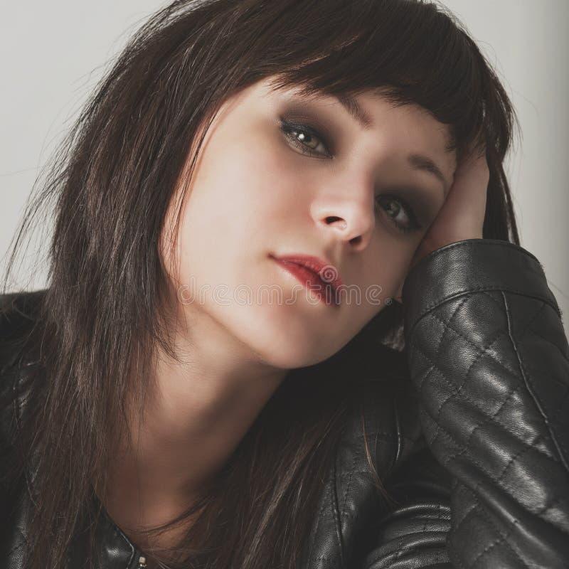 Retrato de una muchacha atractiva hermosa imagenes de archivo
