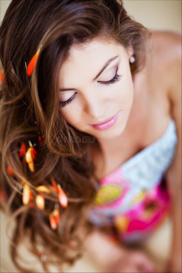 Retrato de una muchacha atractiva hermosa con el pelo largo elegante y w foto de archivo libre de regalías