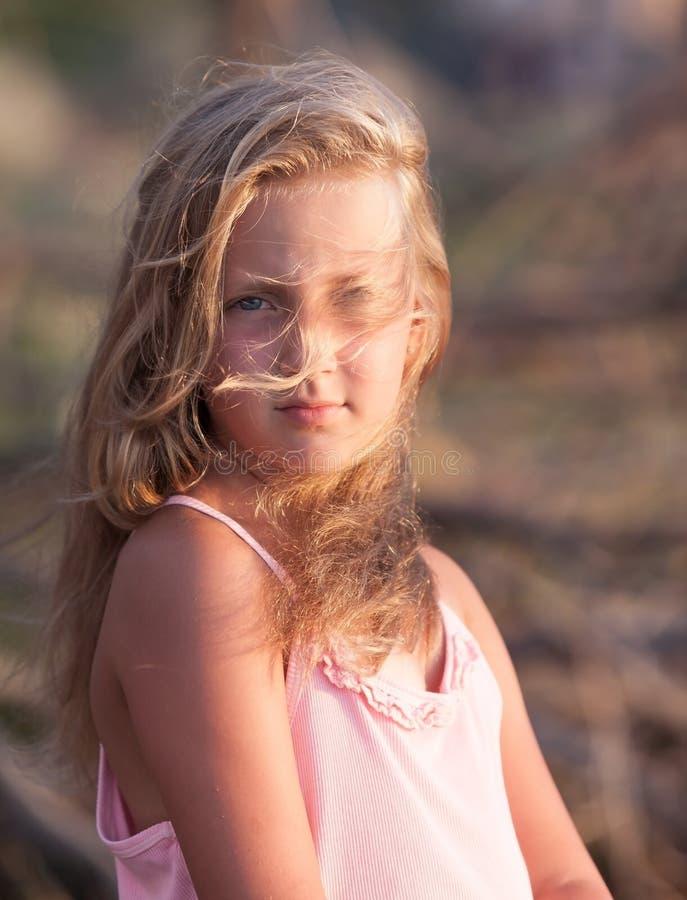 Retrato de una muchacha bastante rubia en el viento fotografía de archivo libre de regalías