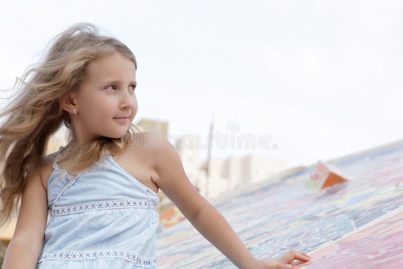 Retrato de una muchacha bonita en el viento imagenes de archivo