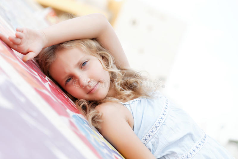 Retrato de una muchacha bonita en verano imagen de archivo