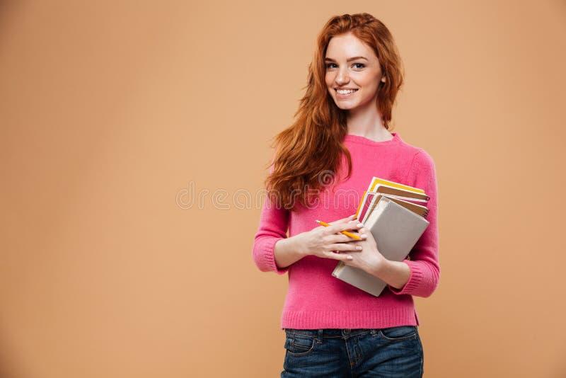 Retrato de una muchacha bonita sonriente del pelirrojo imagen de archivo
