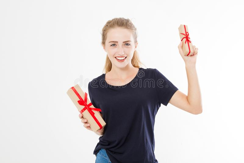 Retrato de una muchacha bonita sonriente, pila de la tenencia de la mujer de las cajas de regalo aisladas en el fondo blanco Conc imagen de archivo libre de regalías
