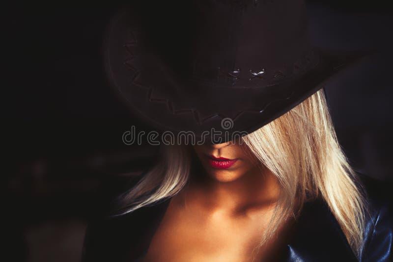 Retrato de una muchacha cabelluda rubia brillante hermosa con h caountry imagen de archivo
