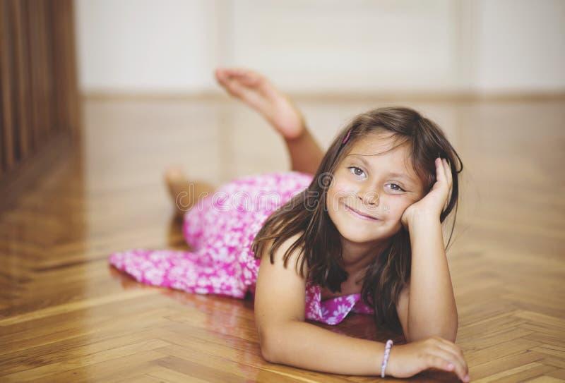 Retrato de una muchacha caucásica hermosa que presenta para la cámara fotos de archivo libres de regalías