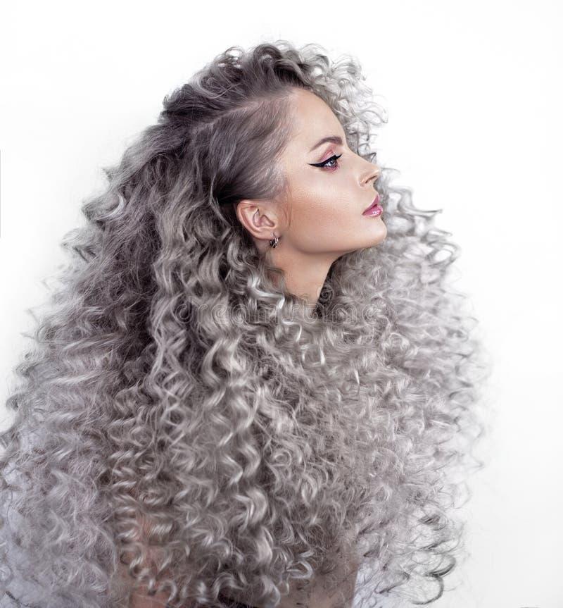 Retrato de una muchacha con el pelo largo foto de archivo libre de regalías