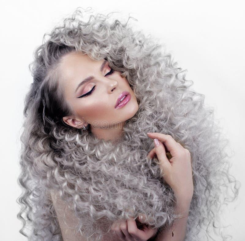 Retrato de una muchacha con el pelo largo fotos de archivo