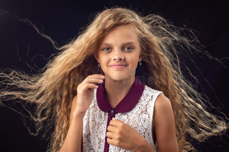 Retrato de una muchacha con el pelo que se convierte imágenes de archivo libres de regalías