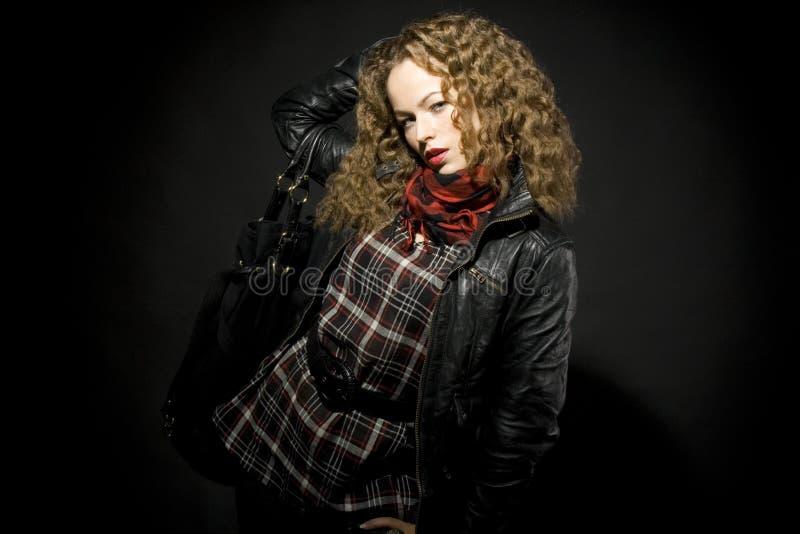 Retrato de una muchacha con el pelo rizado imagenes de archivo