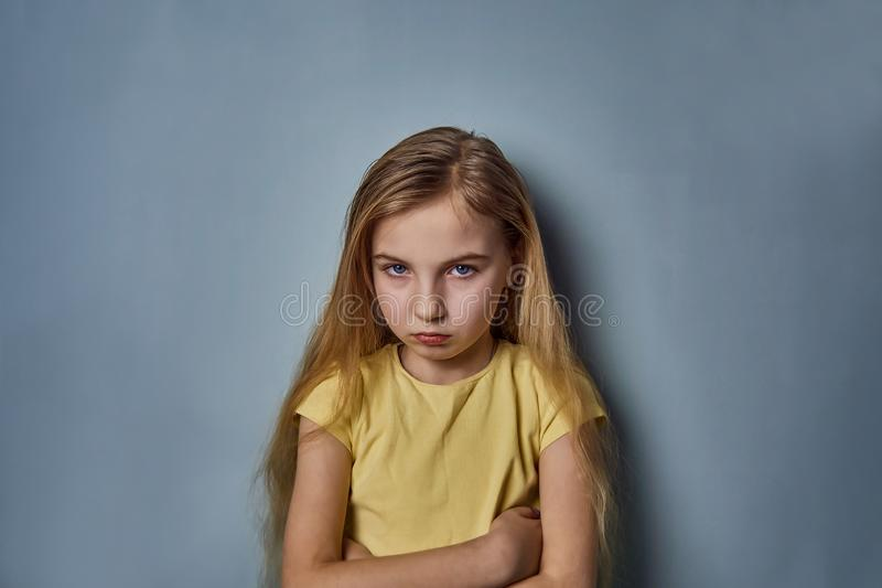 Retrato de una muchacha con emociones en su cara foto de archivo