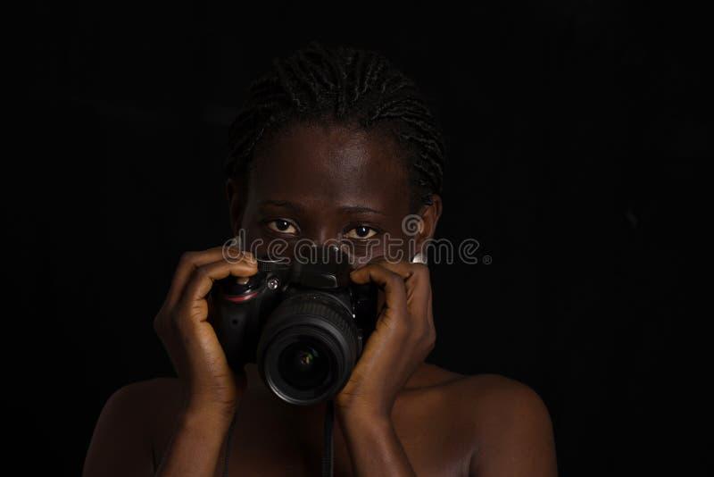 Retrato de una muchacha con la c?mara fotografía de archivo
