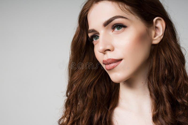Retrato de una muchacha con las pesta?as largas imagenes de archivo