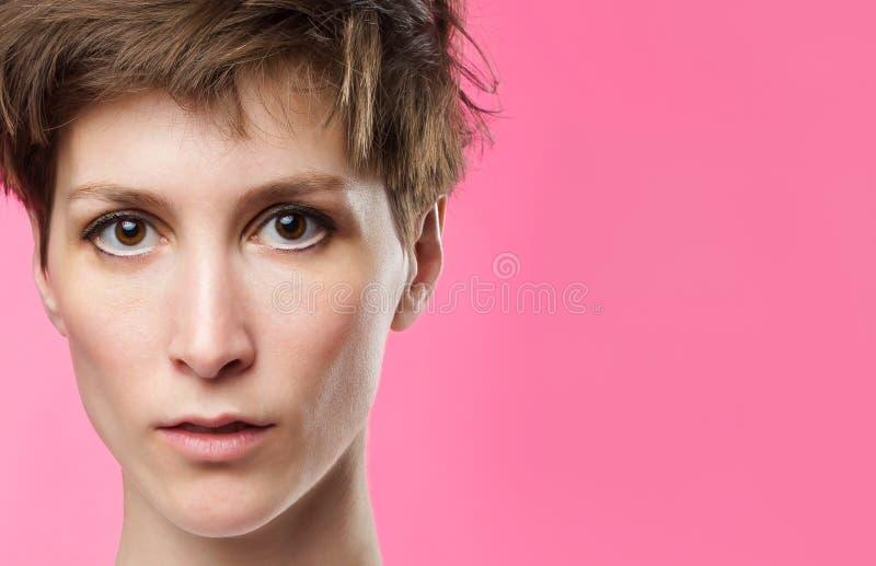 Retrato de una muchacha con los ojos tristes fotos de archivo