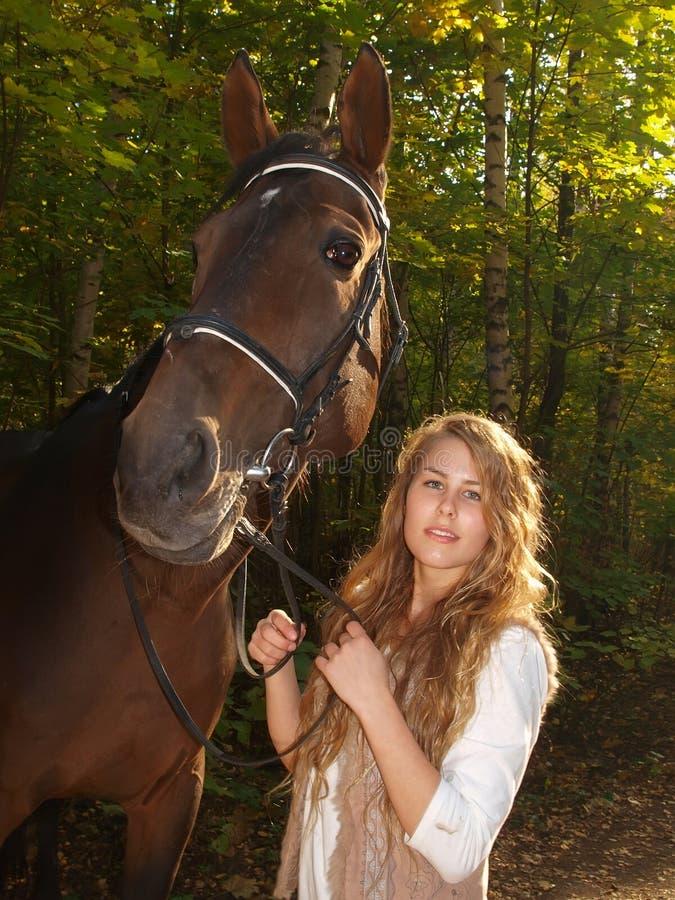 Retrato de una muchacha con un caballo foto de archivo libre de regalías