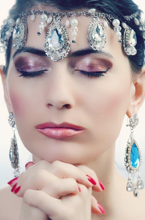 Retrato de una muchacha con un collar precioso en su cabeza fotografía de archivo