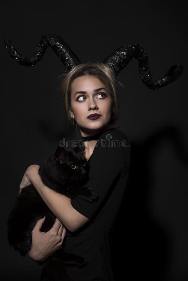 Retrato de una muchacha con un gato imagen de archivo libre de regalías