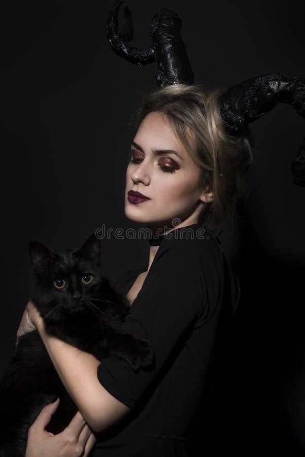 Retrato de una muchacha con un gato imagen de archivo