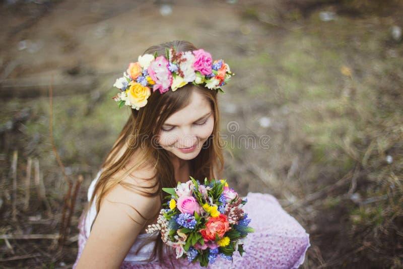 Retrato de una muchacha con una guirnalda floral imagenes de archivo