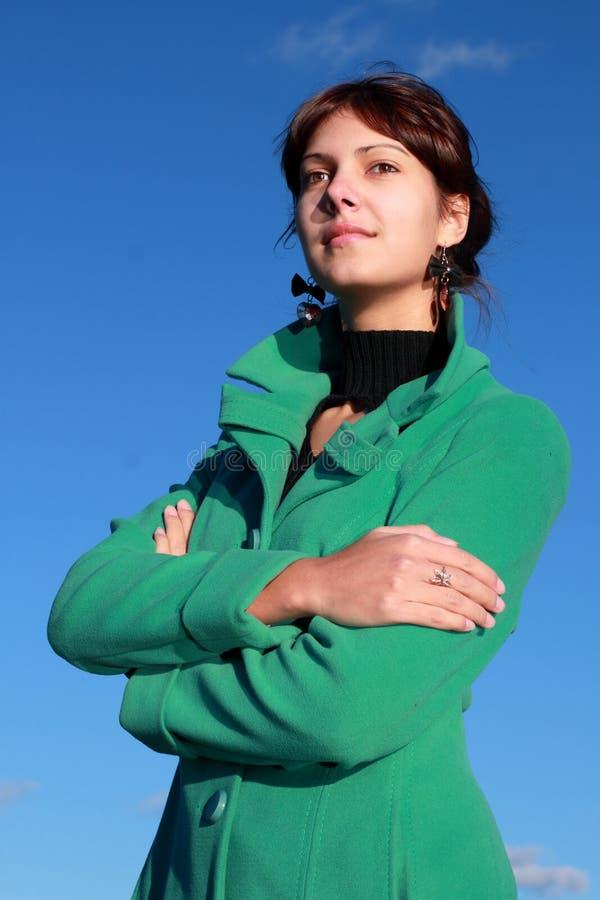Retrato de una muchacha contra un paisaje urbano imagen de archivo libre de regalías