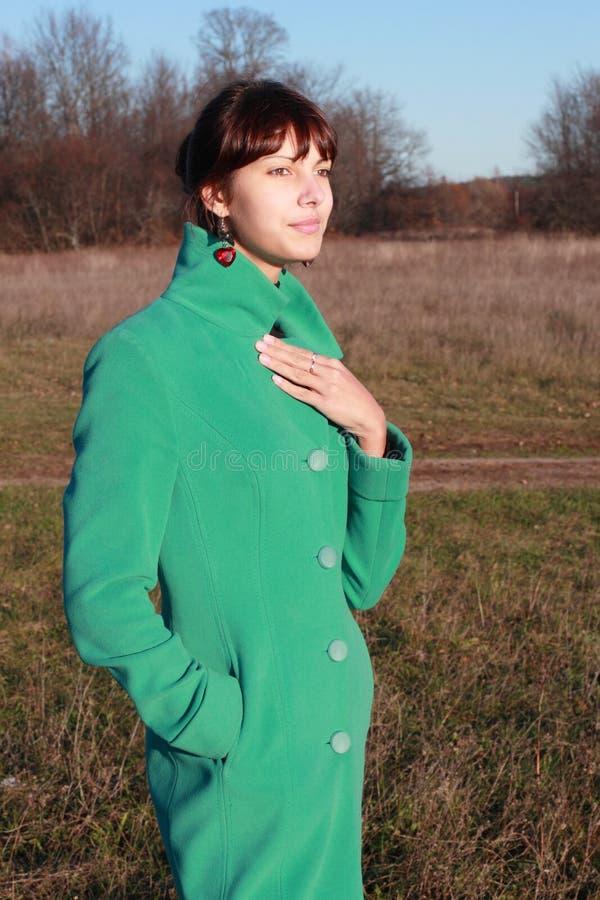 Retrato de una muchacha contra un paisaje urbano foto de archivo