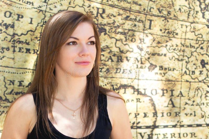 Retrato de una muchacha de un mapa viejo imagenes de archivo