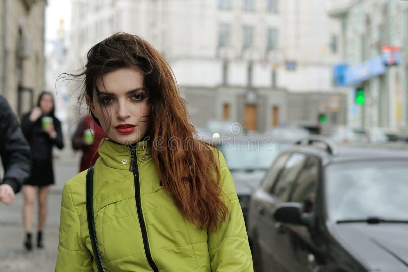 Retrato de una muchacha elegante que camina alrededor de la ciudad imagen de archivo