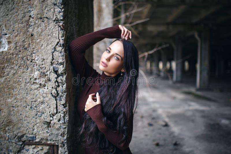 Retrato de una muchacha en estilo urbano del jersey imagen de archivo