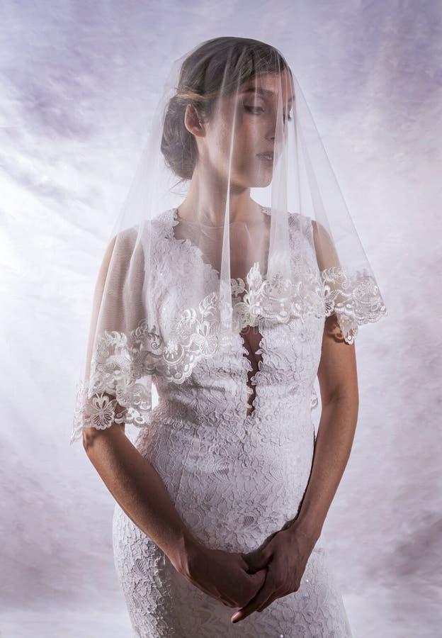 Retrato de una muchacha en la imagen de la novia imagen de archivo