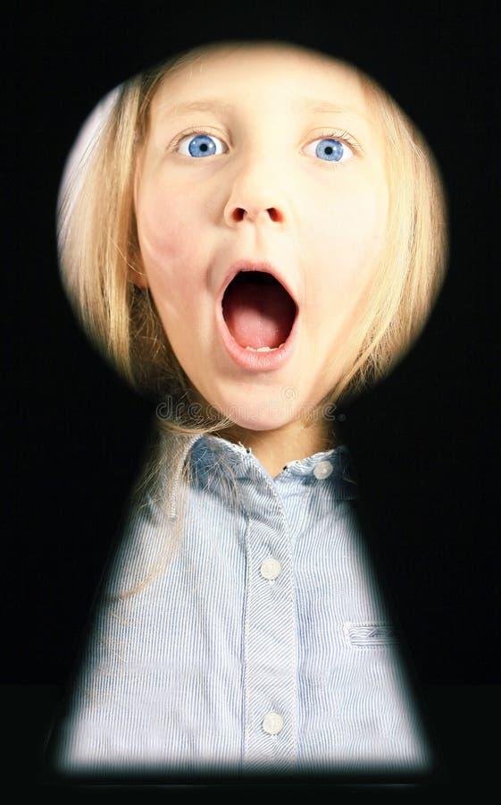 Retrato de una muchacha en la ranura del bloqueo imagenes de archivo