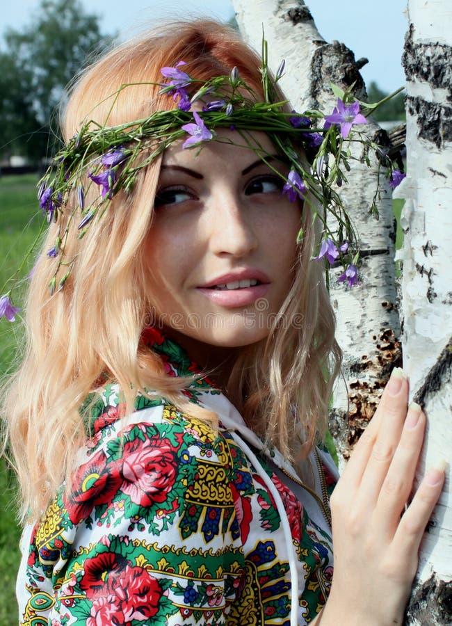 Retrato de una muchacha en un árbol fotos de archivo