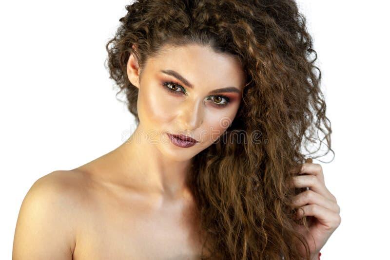 Retrato de una muchacha en un fondo con maquillaje imagen de archivo libre de regalías