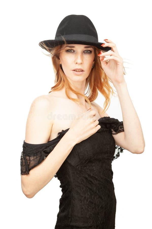 Retrato de una muchacha en un sombrero en un fondo blanco foto de archivo libre de regalías