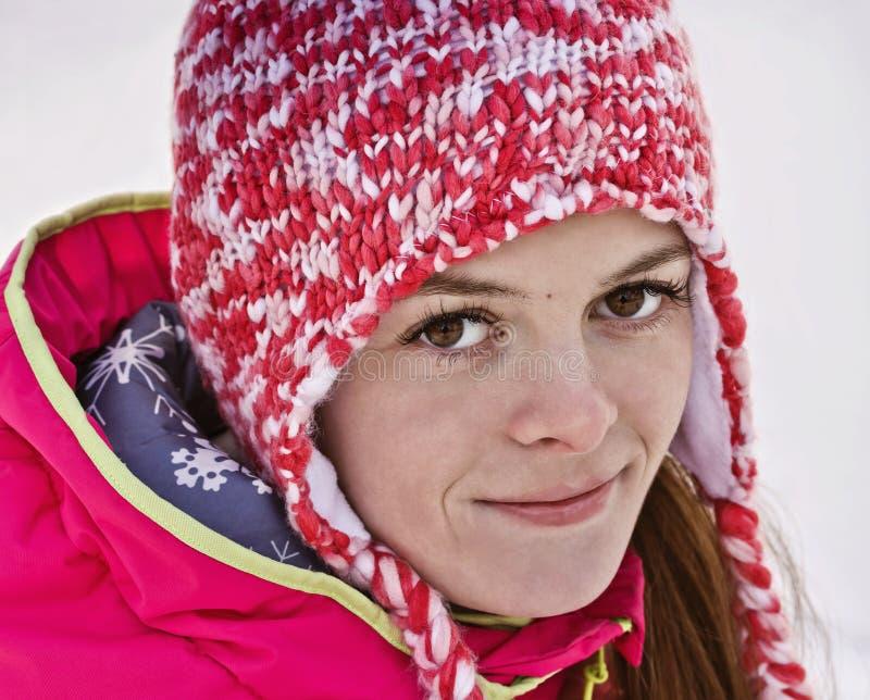 Retrato de una muchacha en un sombrero hecho punto Mirada derecho en la lente fotografía de archivo libre de regalías