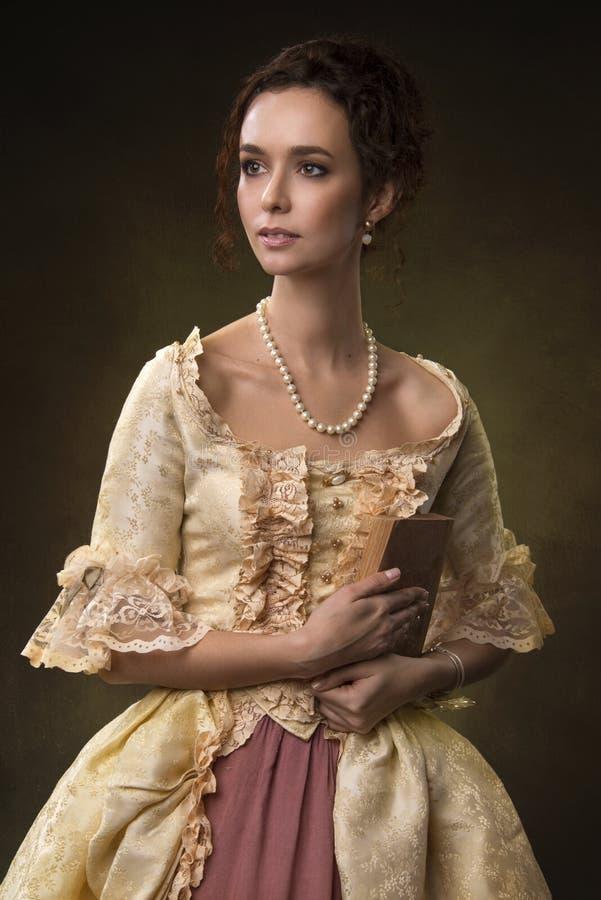 Retrato de una muchacha en vestido medieval imagenes de archivo