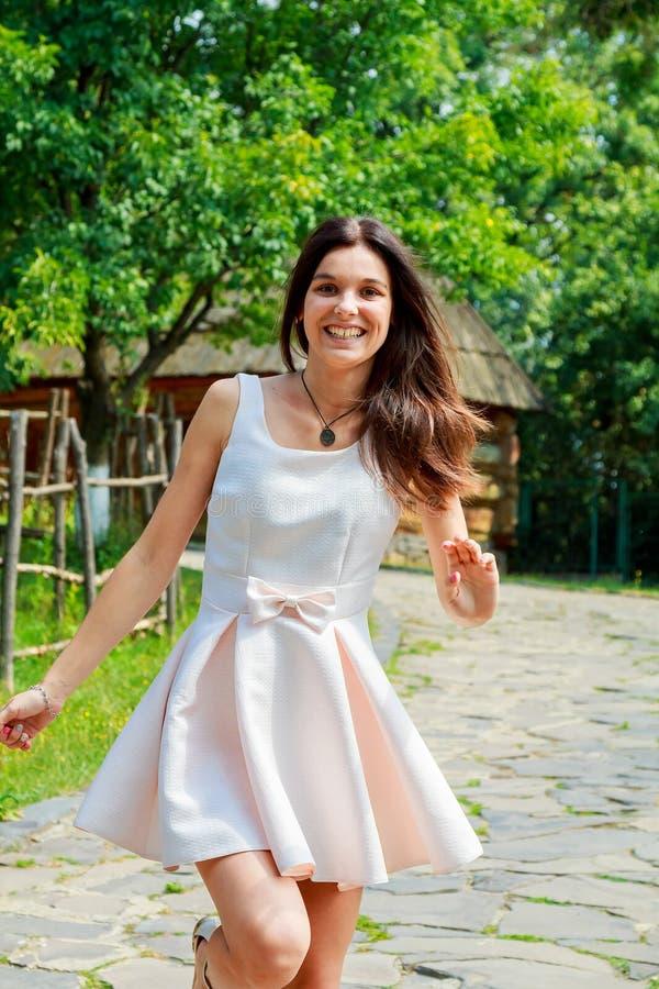 Retrato de una muchacha feliz joven que camina en el parque fotos de archivo