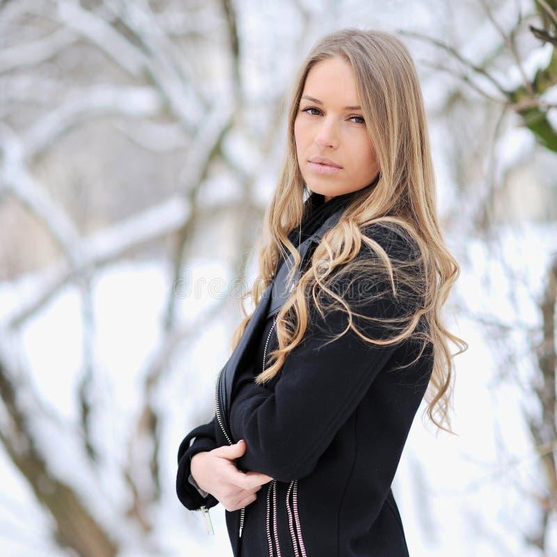 Retrato de una muchacha hermosa - al aire libre imagenes de archivo