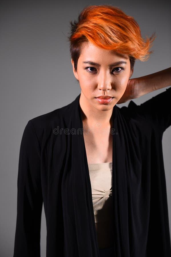 Retrato de una muchacha hermosa con coloración del cabello teñida imagen de archivo libre de regalías