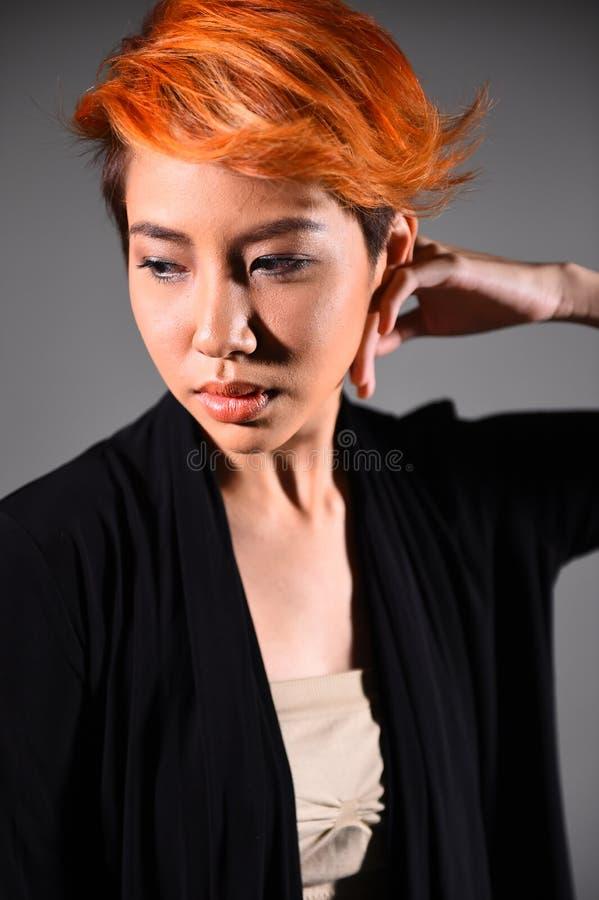 Retrato de una muchacha hermosa con coloración del cabello teñida imagen de archivo
