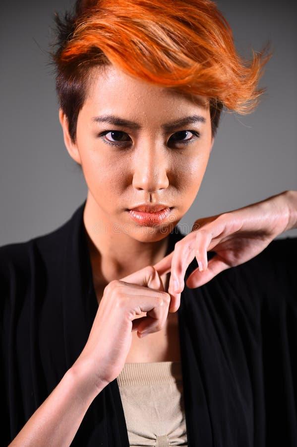 Retrato de una muchacha hermosa con coloración del cabello teñida imágenes de archivo libres de regalías