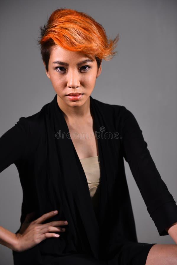 Retrato de una muchacha hermosa con coloración del cabello teñida fotografía de archivo