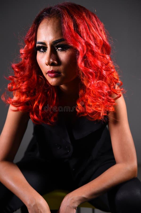 Retrato de una muchacha hermosa con coloración del cabello teñida fotos de archivo
