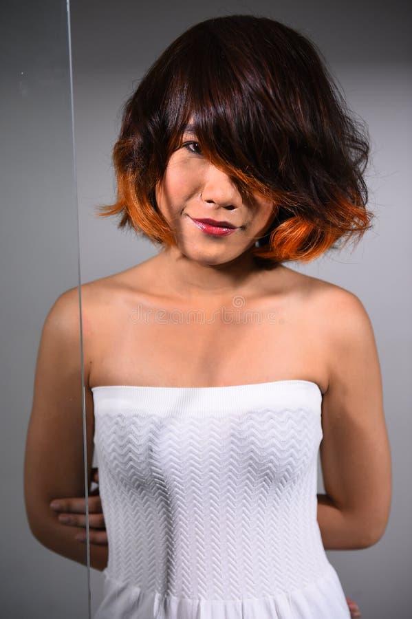 Retrato de una muchacha hermosa con coloración del cabello teñida imagenes de archivo